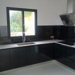 cocina-con-cristal-lacobel-en-negro