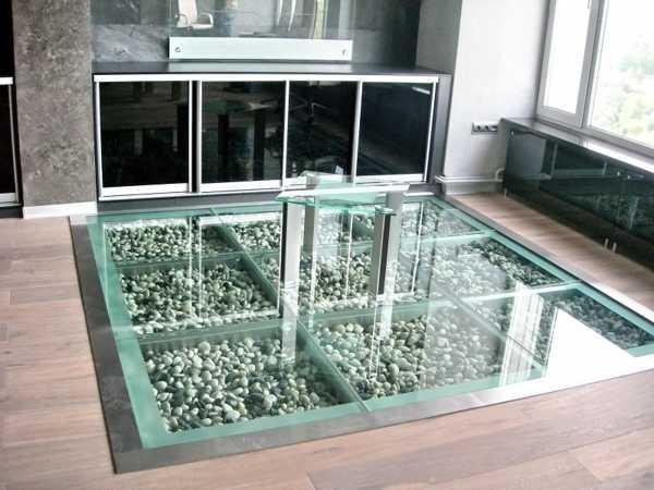 szklana podłoga w salonie