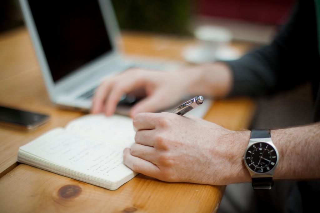 podpisywanie umowy na realizację indywidualnego projektu ze szkłem